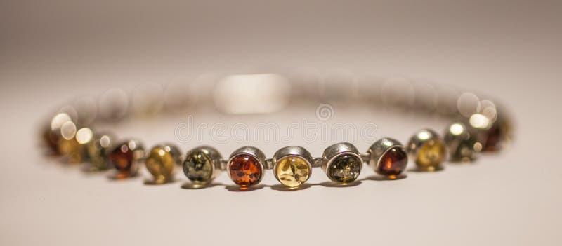 Bracelete ambarino colorido, um close up imagens de stock royalty free