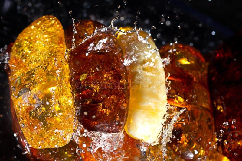 Bracelete ambarino no respingo da água imagem de stock