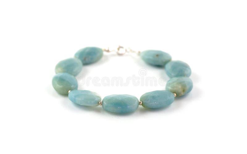 Bracelete azul da pedra do amazonite isolado no branco foto de stock