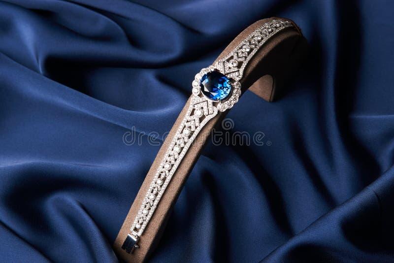Bracelete bonito da platina imagens de stock