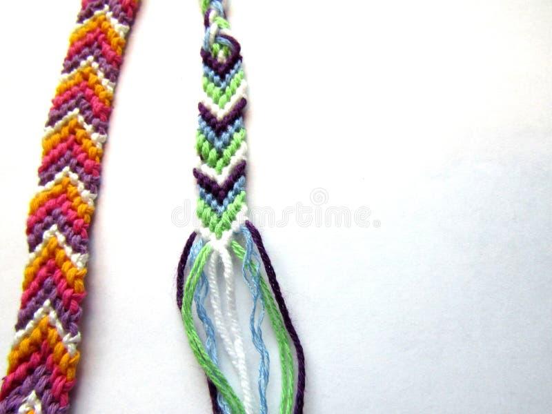 Bracelete colorido tecido bracelete da amizade da linha imagem de stock royalty free