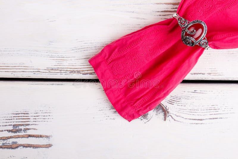 Bracelete com o diamante que aperta a luva cor-de-rosa, fim acima foto de stock