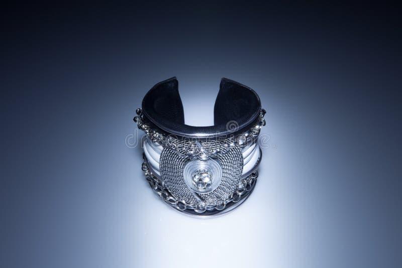 Bracelete de couro com diamante e correntes fotografia de stock royalty free