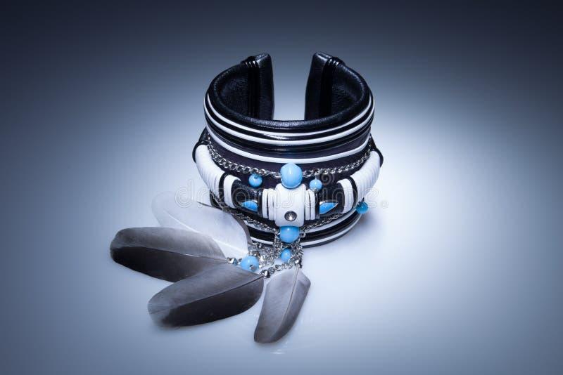 Bracelete de couro com penas e pedras de turquesa fotografia de stock