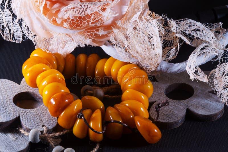 Bracelete de pedra ambarino fotos de stock