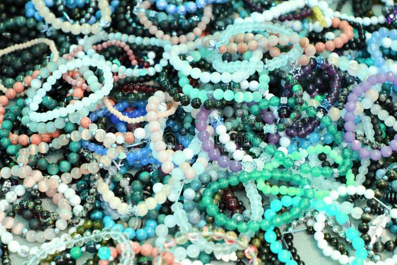 Bracelete de pedra, joia com os braceletes semipreciosos naturais das pedras imagens de stock