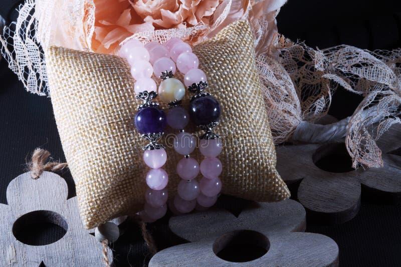 Bracelete de pedra natural da ametista cor-de-rosa de quartzo imagens de stock
