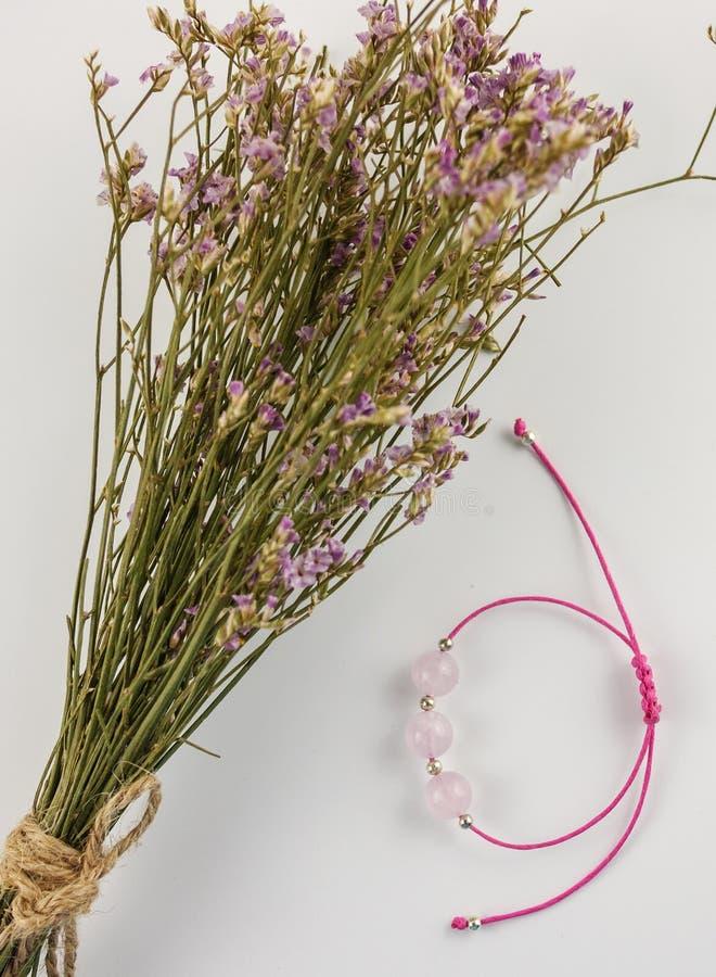 Bracelete de pedra preciosa do rosa da vista superior fotos de stock royalty free