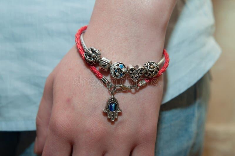 Bracelete de prata no braço de um adolescente fotografia de stock