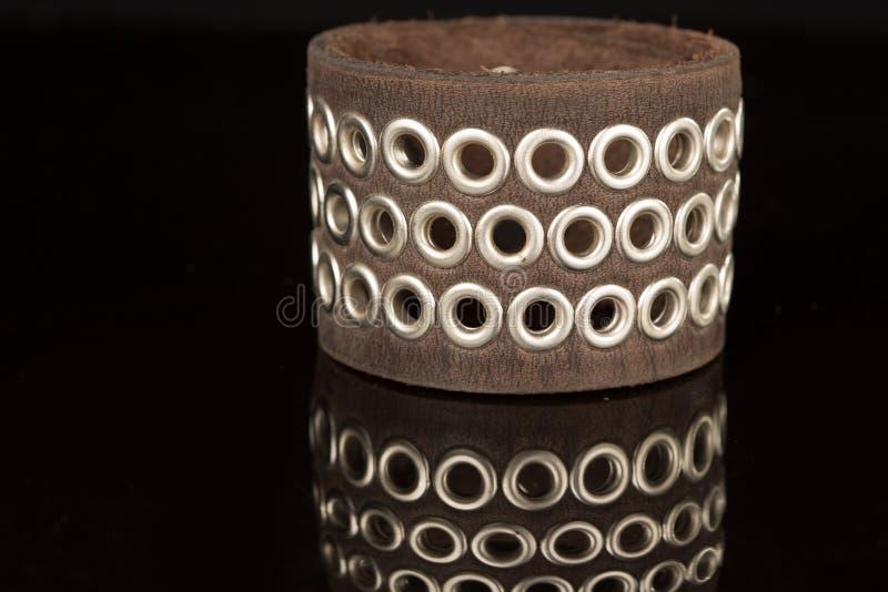 Bracelete do couro de Brown isolado em um preto imagens de stock royalty free