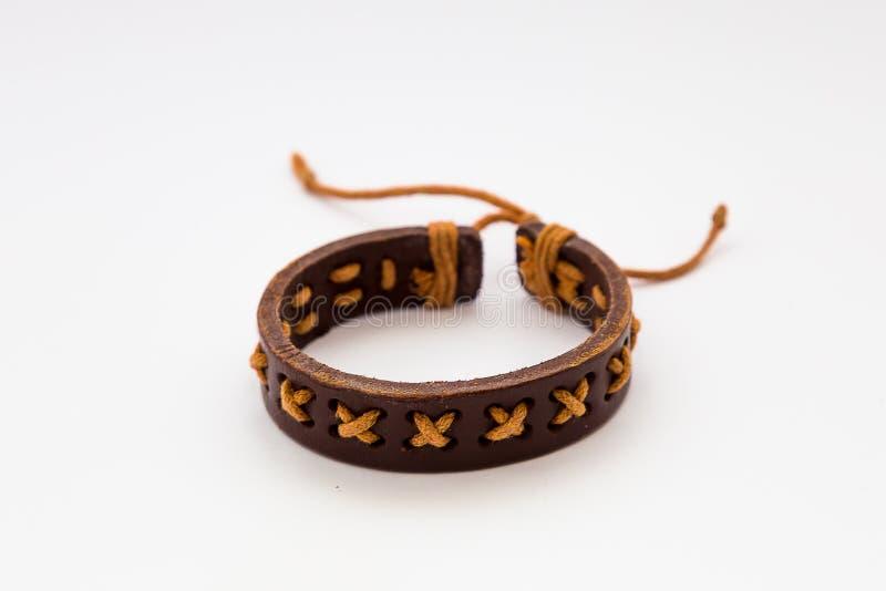 Bracelete do couro de Brown isolado no fundo branco fotos de stock