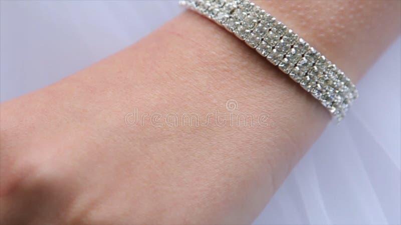 Bracelete do joalheiro na mão do ` s da noiva Mãos do ` s da noiva com anel casamento Dia do casamento Bracelete luxuoso na mão d imagem de stock
