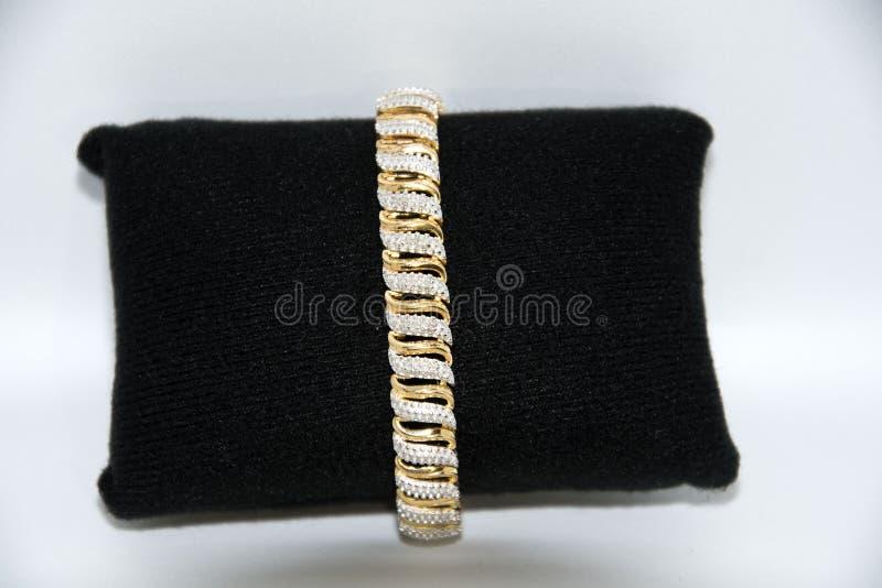 Bracelete do ouro das senhoras e diamantes brancos imagens de stock royalty free