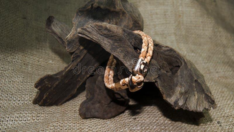 Bracelete dos homens do couro de Brown fotografia de stock royalty free