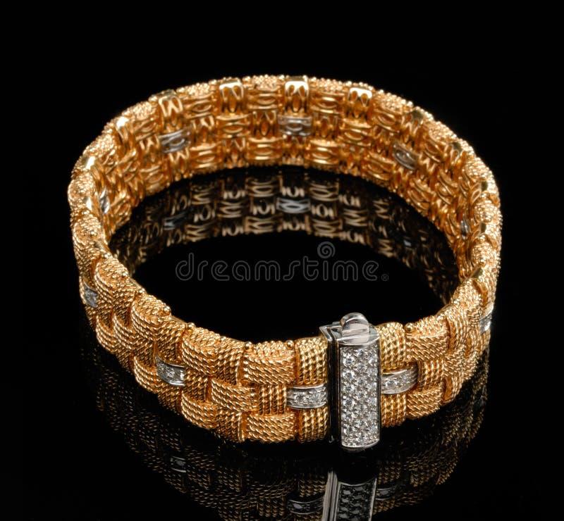 Bracelete dourado com diamantes fotos de stock