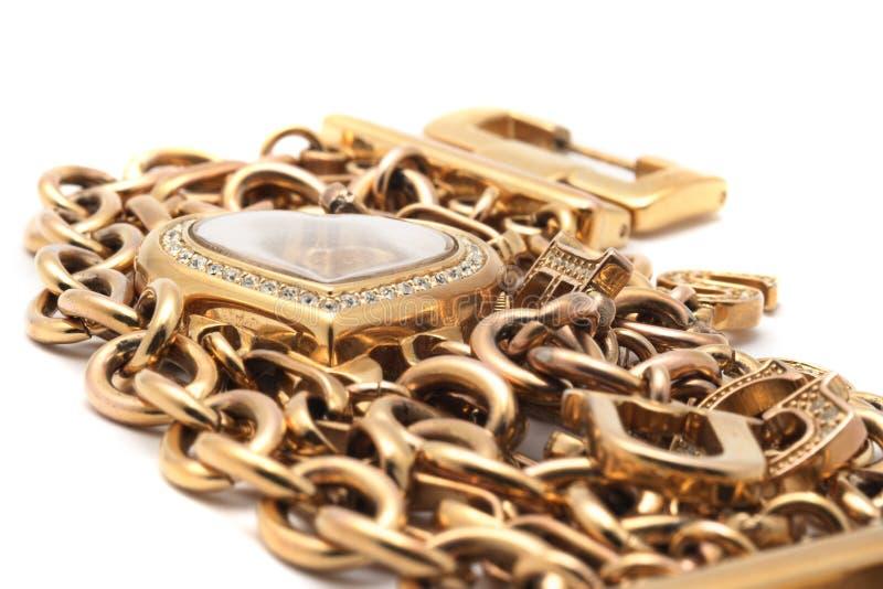 Bracelete dourado com forma do coração foto de stock royalty free