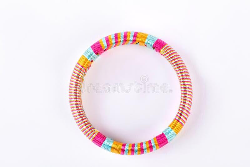 Bracelete feito a mão colorido, vista superior imagens de stock