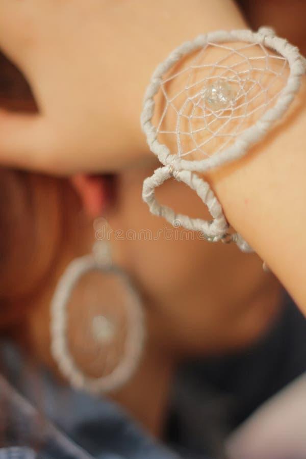 Bracelete feito a mão em uma mão da menina foto de stock