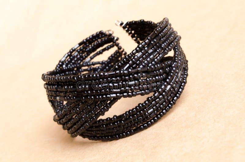 Bracelete frisado preto Bracelete frisado Bijutrei f?mea Um par de joia Mola fotografia de stock royalty free