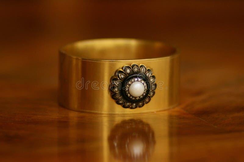 Bracelete vitoriano do ouro com pérola, diamantes e decoração do ônix fotografia de stock royalty free