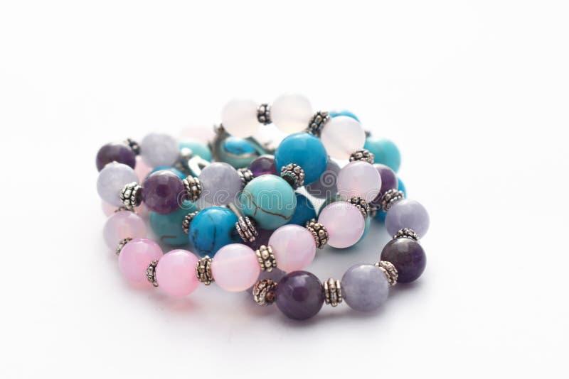 Braceletes bonitos com opala, turquesa, ametista da pedra lunar e as pedras cor-de-rosa de água-marinha fotos de stock