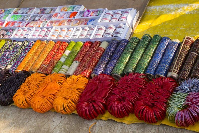 Braceletes coloridos para a venda, Índia fotografia de stock royalty free