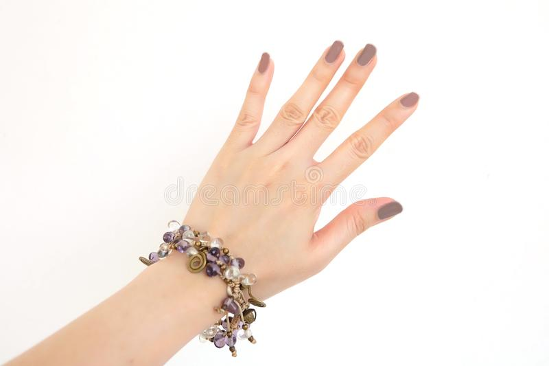 Braceletes da joia isolados para a vista superior A mulher é mão com pedra ou perla o bracelete para acessórios no fundo branco imagens de stock royalty free