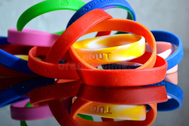 Braceletes de borracha da causa fotografia de stock royalty free