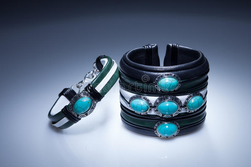 Braceletes de couro com pedras azuis imagem de stock