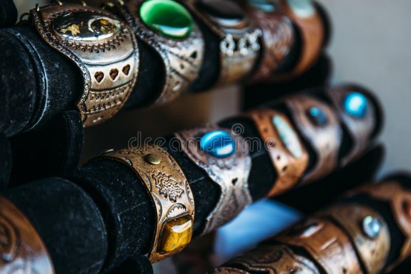 Braceletes de couro feitos a mão com pedras ou punhos, acessório pessoal ocasional, foco seletivo imagem de stock royalty free