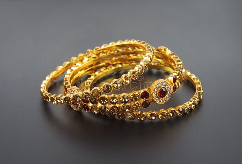 Braceletes do ouro do casamento foto de stock royalty free