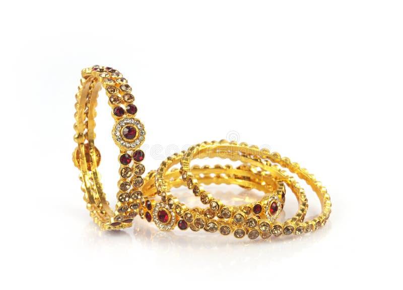 Braceletes do ouro do casamento imagens de stock