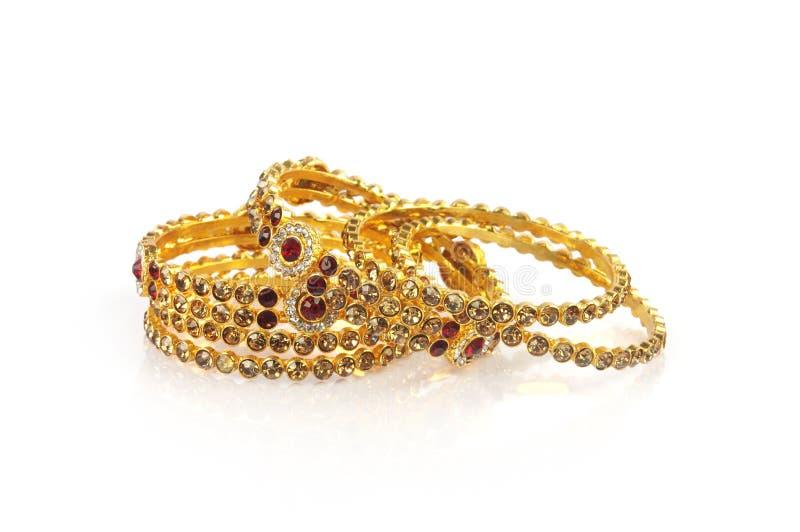 Braceletes do ouro do casamento fotografia de stock royalty free