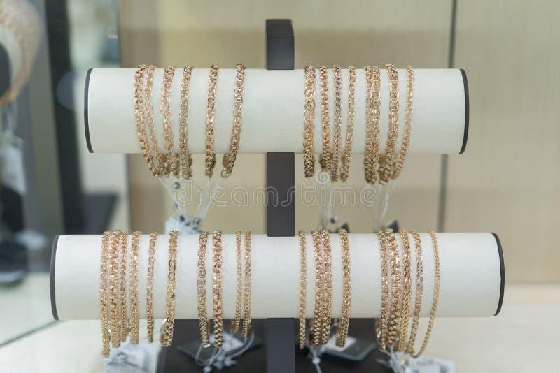 Braceletes do ouro no vento na loja fotografia de stock