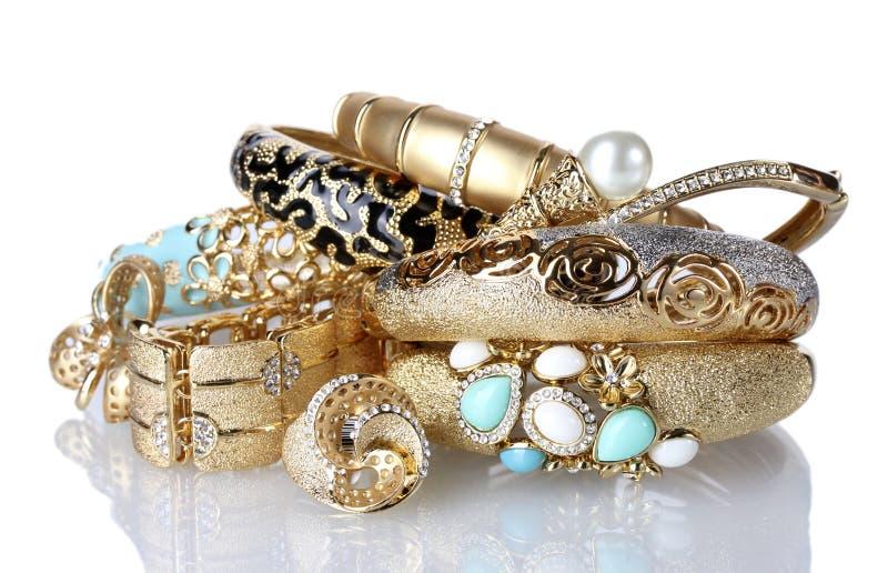 Braceletes e anéis dourados bonitos fotos de stock