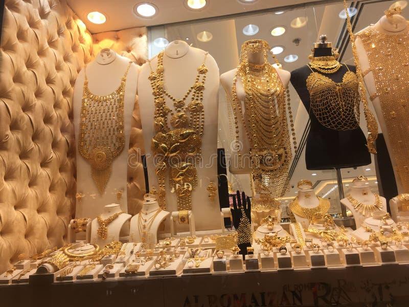 Braceletes e colar do ouro na loja imagens de stock