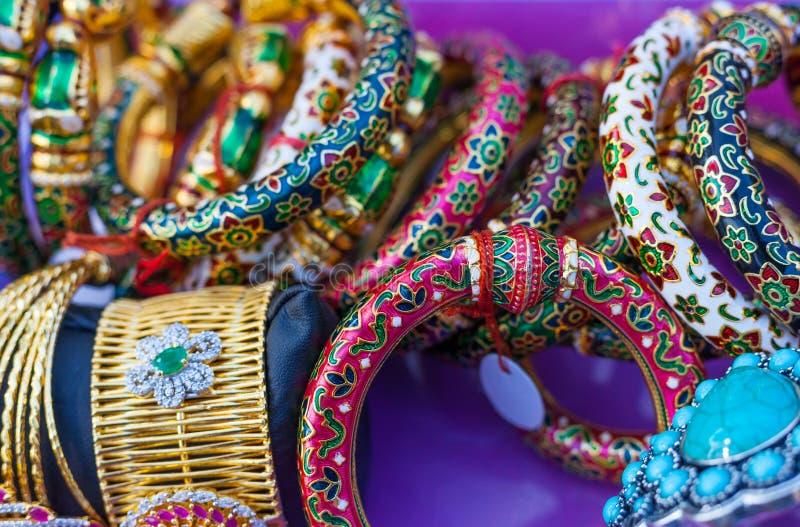 Braceletes indianos coloridos Handcrafted e a outra joia indiana fotografia de stock