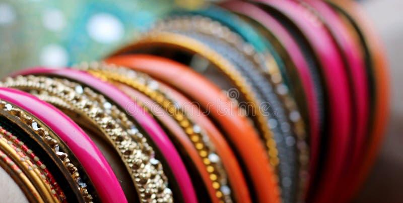 Braceletes indianos no xaile bonito Forma indiana fotos de stock