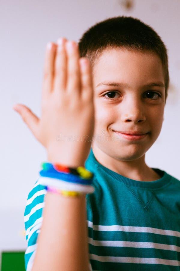 Braceletes vestindo da criança orgulhosa imagens de stock