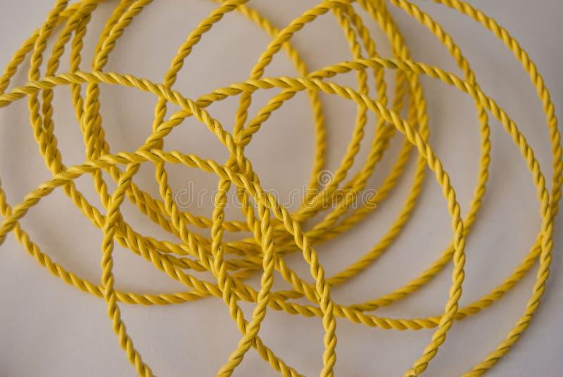 Bracelets abstraits en métal jaune photos stock