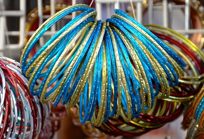 Bracelets colorés en métal photos stock