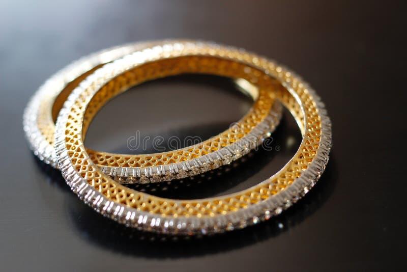 Bracelets d'or de modèle géométrique assez traditionnel photographie stock