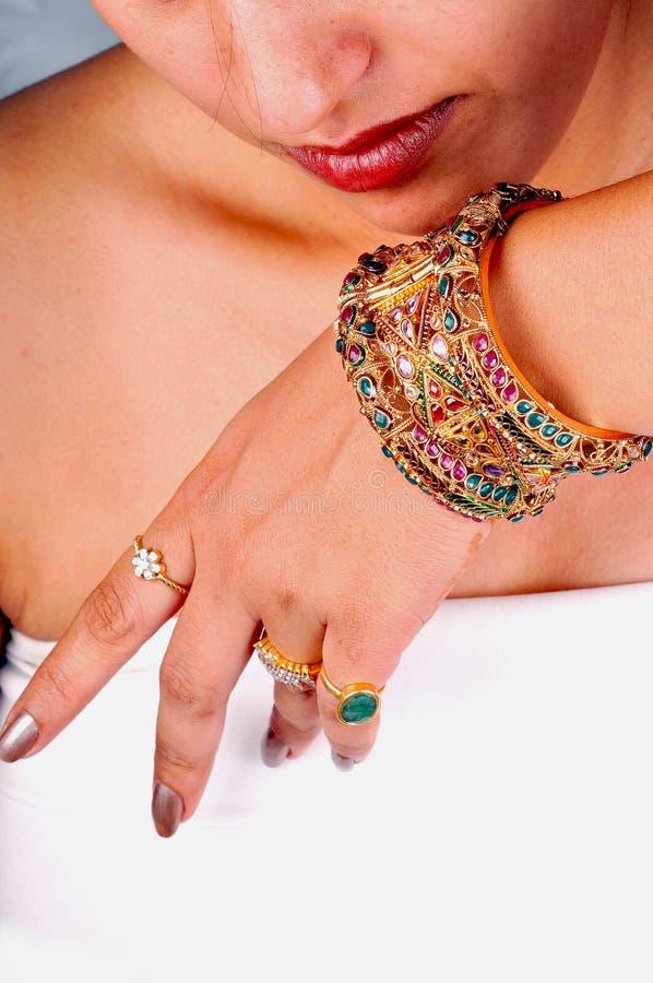 bracelets de bracelets d'or photo libre de droits