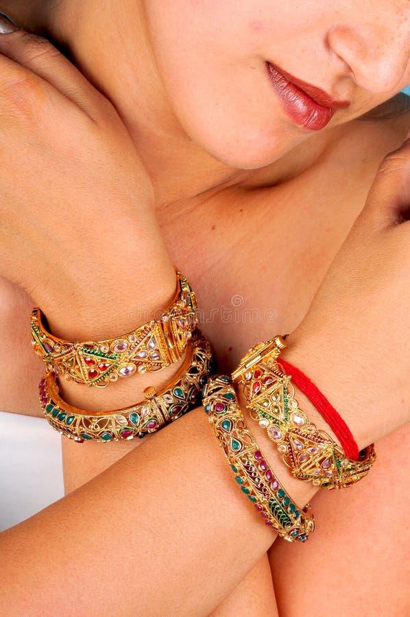 bracelets de bracelets d'or photos stock