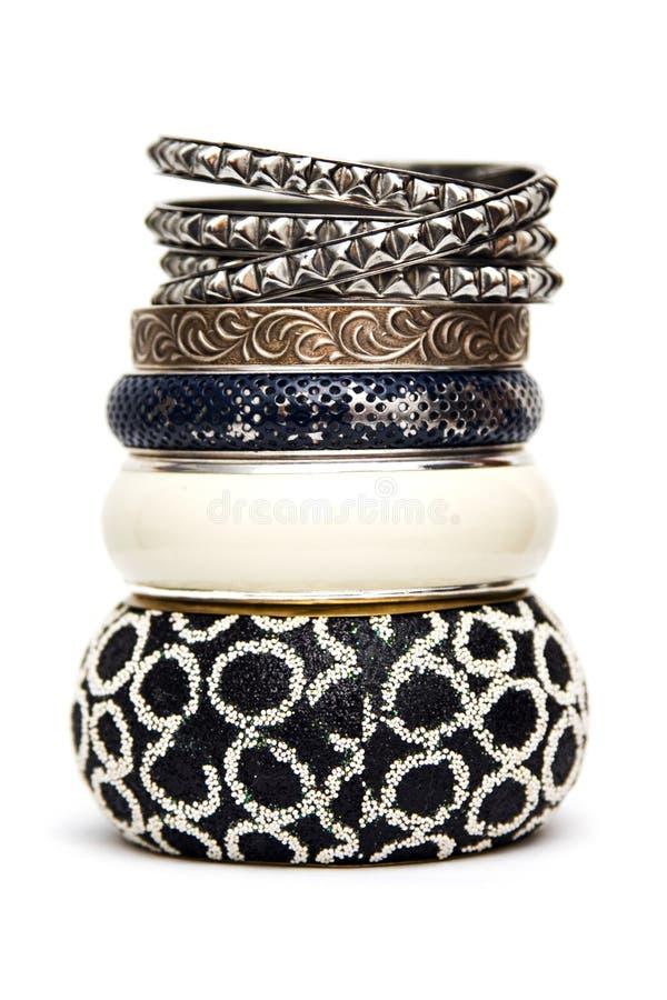 Bracelets en métal d'isolement sur le blanc image stock