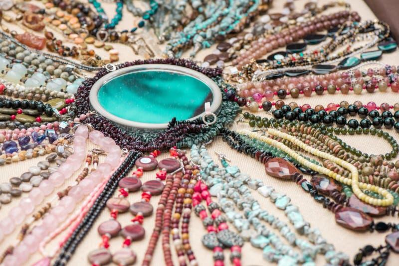 Bracelets et colliers de pierre gemme faits de malachite, quartz rose, obsidien larimar et d'acajou, unakite, améthyste, chalcedo photos libres de droits