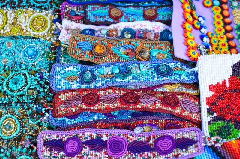 Bracelets et earings colorés d'offre au marché à Oaxaca photo libre de droits