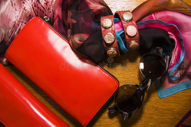 Bracelets ethniques de cuir et de métaux avec le purce et les lunettes de soleil photographie stock