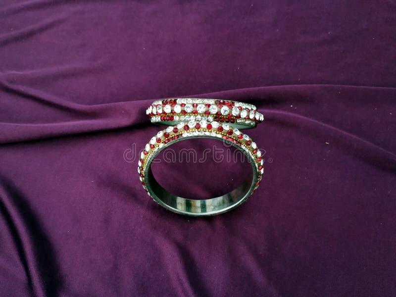 Bracelets indiens Bracelet avec des diamants sur le fond violet photographie stock