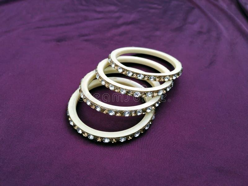 Bracelets indiens Bracelet avec des diamants sur le fond violet photographie stock libre de droits